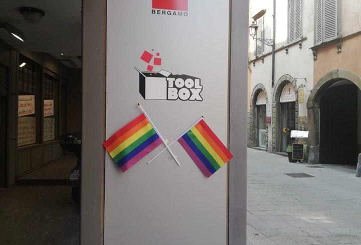 Rivolta di Stonewall, i colori arcobaleno a Toolbox e in CGIL
